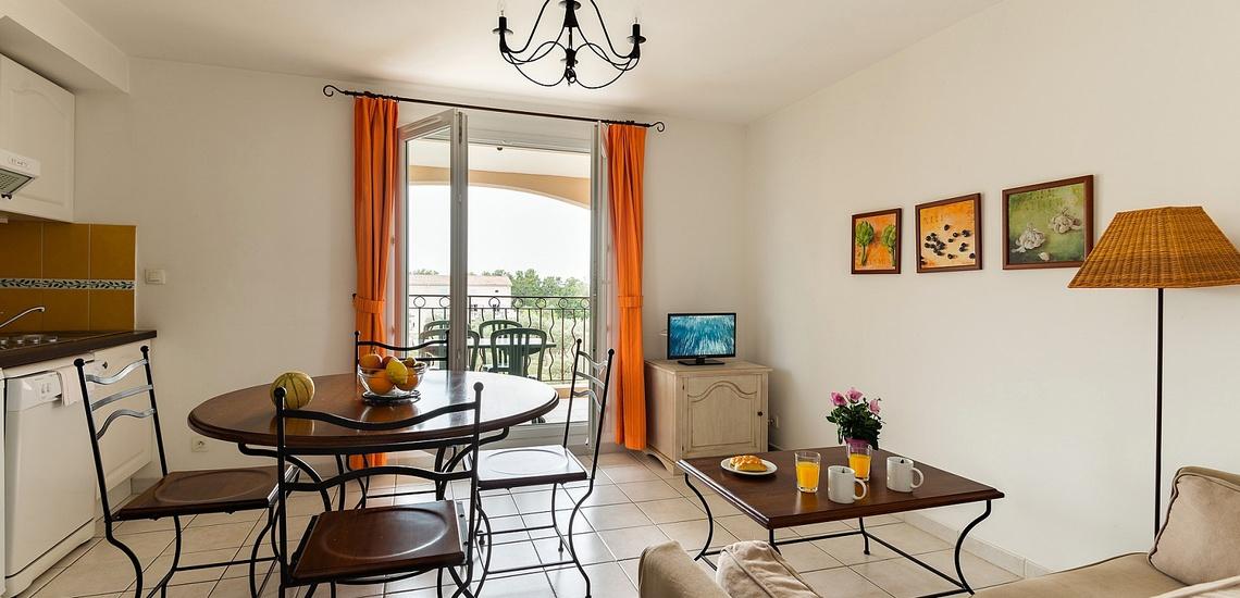 Wohn-/Essbereich einer Ferienwohnung in der einer Ferienwohnung der Residenz Le Domaine de Bourgeac · Paradou · Provence-Alpes / Cote d'Azur, Südfrankreich.