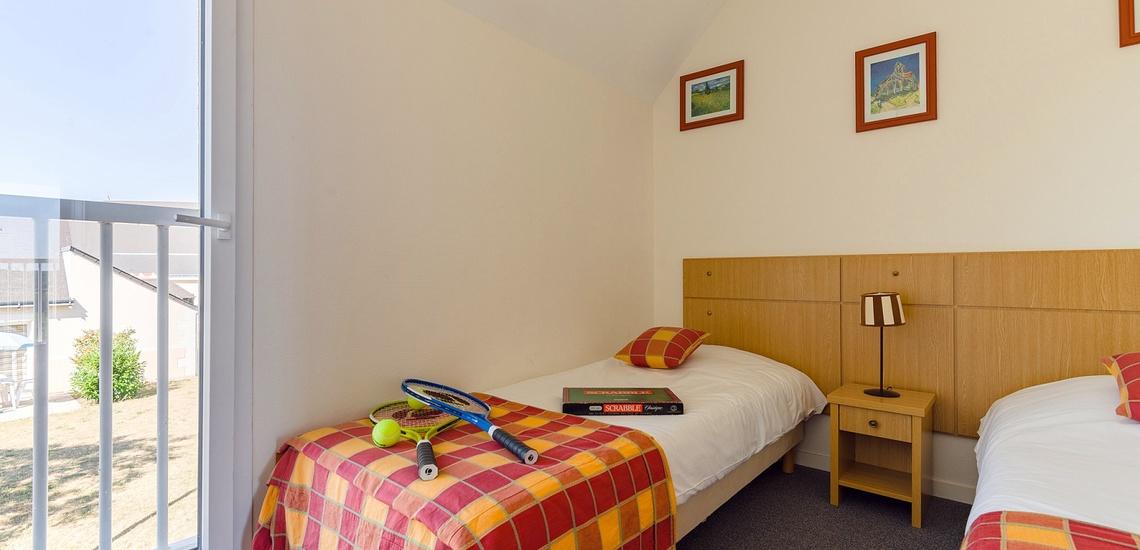 Schlafzimmer mit Einzelbetten in einem Ferienhaus  der Residenz Les Jardins Renaissance in Azay-Le-Rideau · Ferienhäuser im Loire-Tal, Pays de la Loire, Frankreich