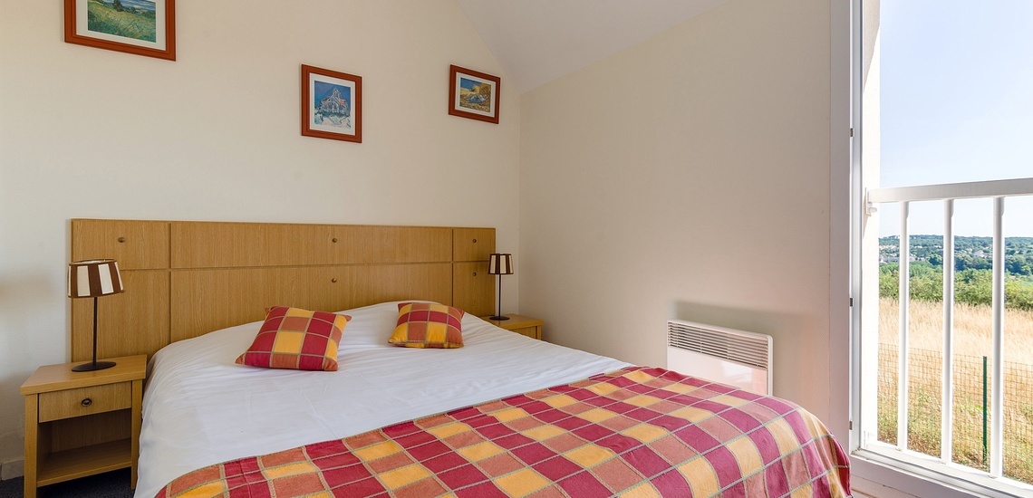 Schlafzimmer in einem Ferienhaus  der Residenz Les Jardins Renaissance in Azay-Le-Rideau · Ferienhäuser im Loire-Tal, Pays de la Loire, Frankreich