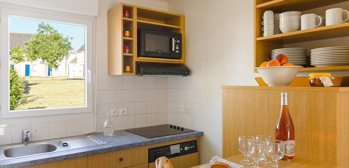 Küche in einem Ferienhaus  der Residenz Les Jardins Renaissance in Azay-Le-Rideau · Ferienhäuser im Loire-Tal, Pays de la Loire, Frankreich