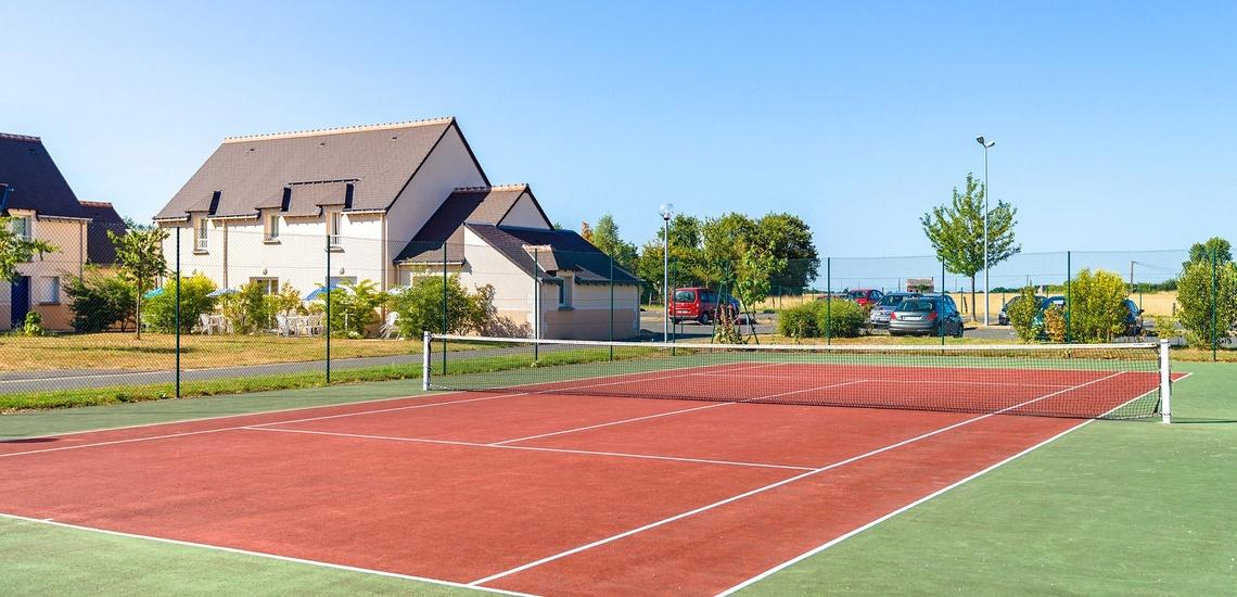 Tennisplatz der Residenz Les Jardins Renaissance in Azay-Le-Rideau · Ferienhäuser im Loire-Tal, Pays de la Loire, Frankreich