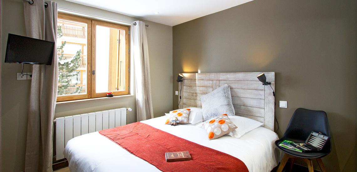 Val d'Isere · Chalet Le Cabri · Schlafzimmer mit französischem Doppelbett