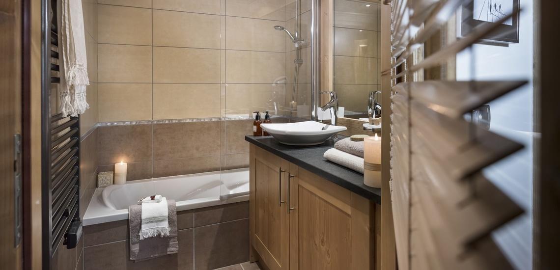 Badezimmer einer Ferienwohnung im Panorama Vars 2000 direkt in Vars - Les Claux, Frankreich.