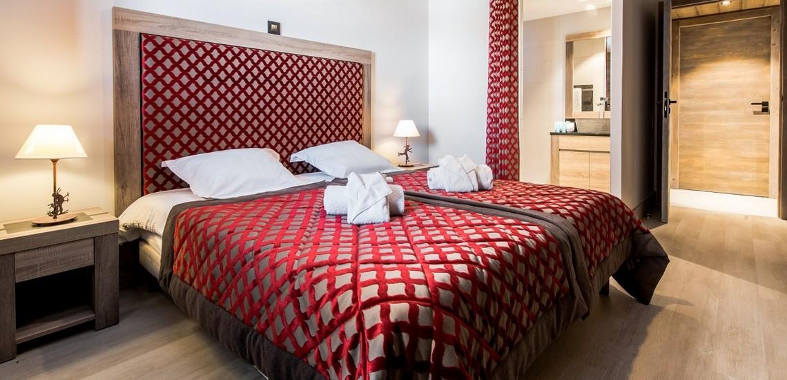 Ein Schlafzimmer mit Doppelbett im Panorama Vars 2000 direkt in Vars - Les Claux, Frankreich.