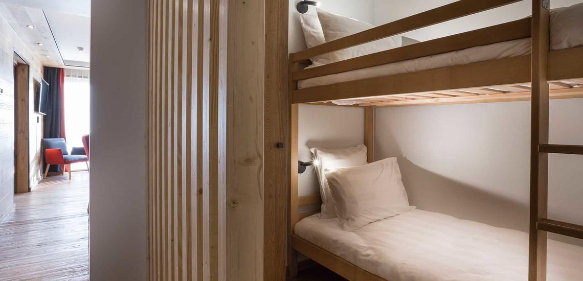 Schlafzimmer mit Etagenbetten im Alparena Hotel & Spa, Unterkünfte in La Rosiere, Skigebiet Espace San Bernardo, Skireisen/Skiurlaub in Frankreich, französische Alpen.