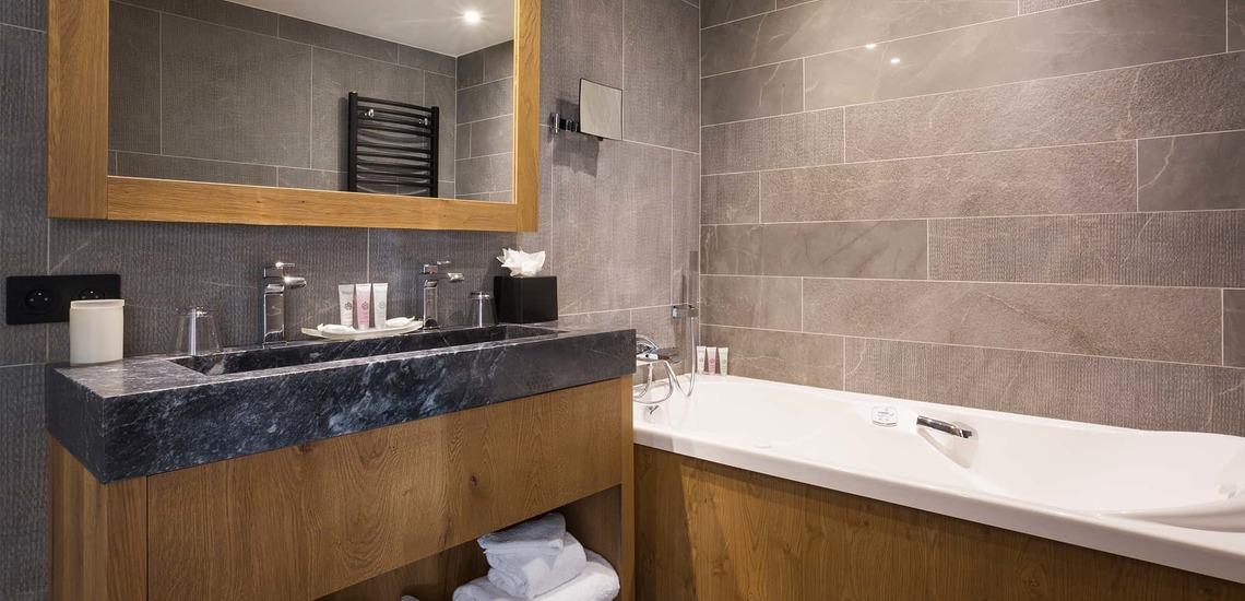 Ein Badezimmer im Alparena Hotel & Spa, Unterkünfte in La Rosiere, Skigebiet Espace San Bernardo, Skireisen/Skiurlaub in Frankreich, französische Alpen.