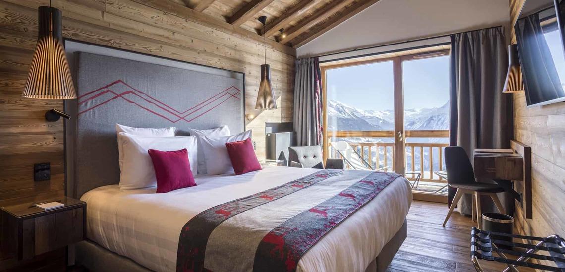 Ein Schlafzimmer im Dachgeschoss des Alparena Hotel & Spa, Unterkünfte in La Rosiere, Skigebiet Espace San Bernardo, Skireisen/Skiurlaub in Frankreich, französische Alpen.