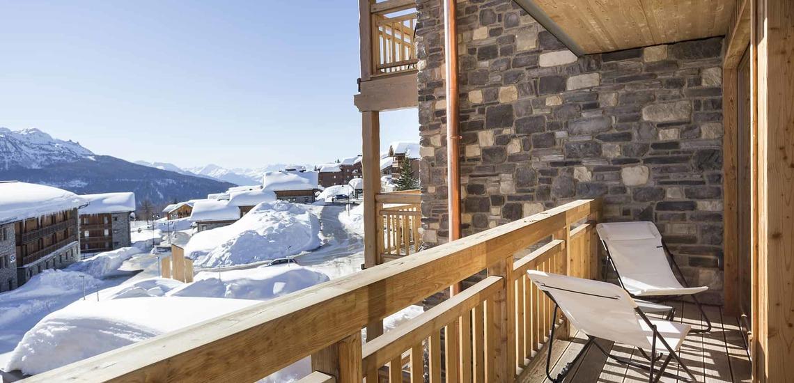 Balkon einer Ferienwohnung im Alparena Hotel & Spa, Unterkünfte in La Rosiere, Skigebiet Espace San Bernardo, Skireisen/Skiurlaub in Frankreich, französische Alpen.