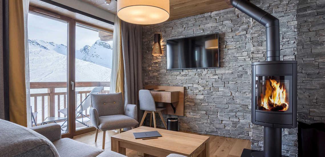 Wohnzimmer mit Kaminofen im Alparena Hotel & Spa, Unterkünfte in La Rosiere, Skigebiet Espace San Bernardo, Skireisen/Skiurlaub in Frankreich, französische Alpen.