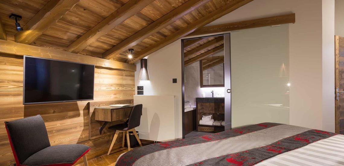 Schlafzimmer im Dachgeschoss des Alparena Hotel & Spa, Unterkünfte in La Rosiere, Skigebiet Espace San Bernardo, Skireisen/Skiurlaub in Frankreich, französische Alpen.