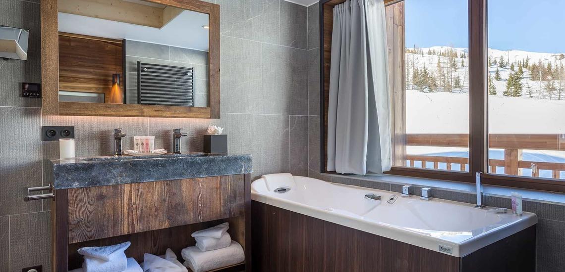 Badezimmer mit Aussicht im Alparena Hotel & Spa, Unterkünfte in La Rosiere, Skigebiet Espace San Bernardo, Skireisen/Skiurlaub in Frankreich, französische Alpen.