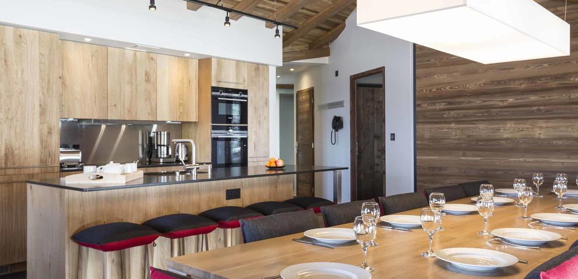 Küche mit Bar und Essplatz einer Ferienwohnung im Alparena Hotel & Spa, Unterkünfte in La Rosiere, Skigebiet Espace San Bernardo, Skireisen/Skiurlaub in Frankreich, französische Alpen.
