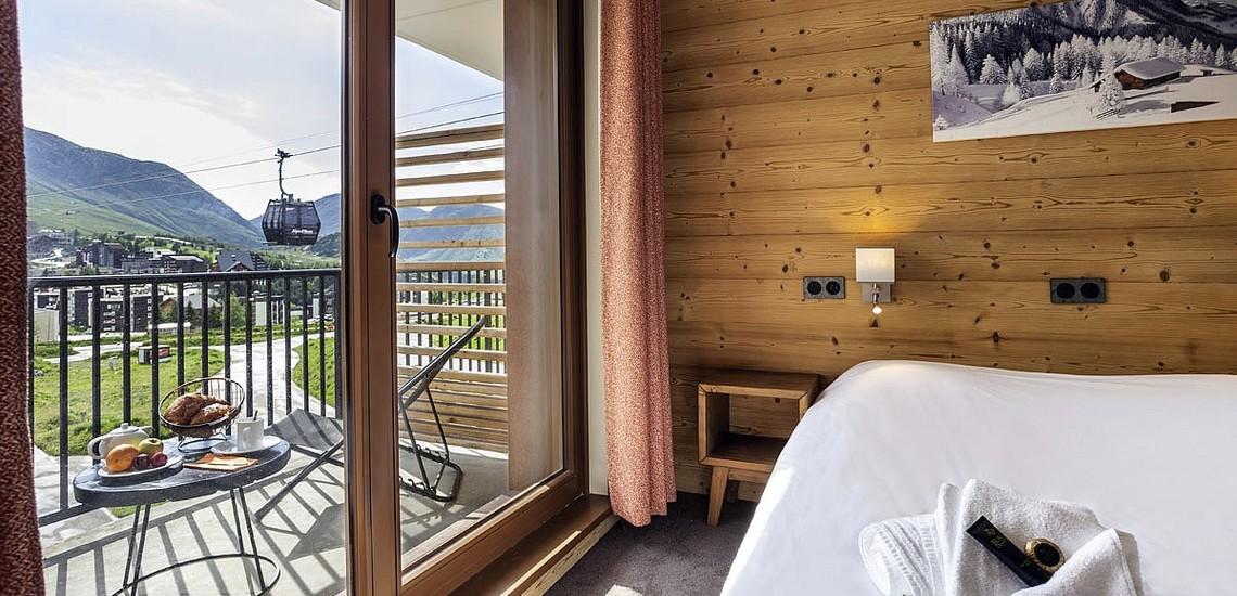 Ferienwohnungen Daria-I Nor in Alpe d'Huez - Schlafzimmer mit Blick auf die Kabinenbahn Alpe Express