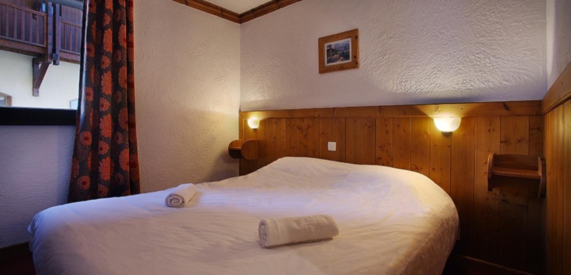 Unterkünfte Val Thorens • Ferienwohnung Chalet Hermine • Val Thorens - Les 3 Vallees / Trois Vallees • Schlafzimmer mit französischem Doppelbett in einer Ferienwohnung der Residenz Chalet Hermine