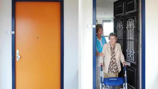 La belle histoire du jour : ils reproduisent les portes d'entrée des personnes âgées loin de chez elles