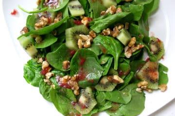 Spinazie salade met kiwi, aardbei, jam en walnoten.