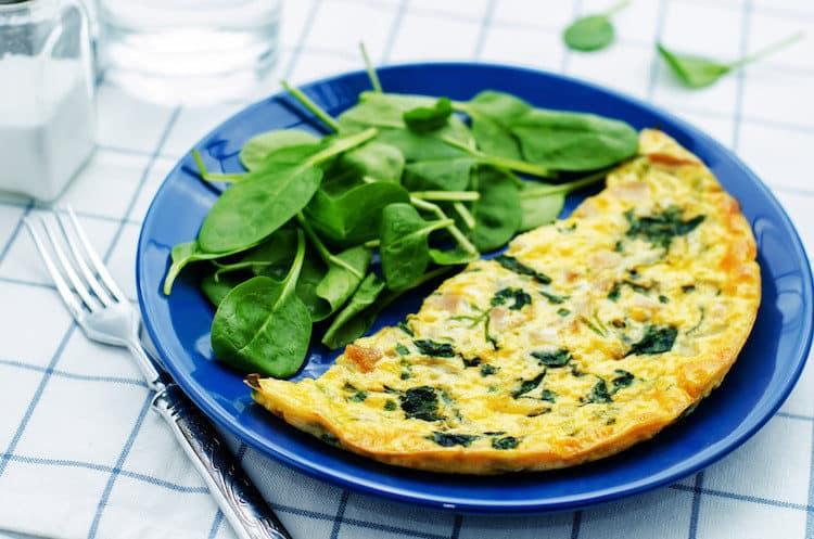 Een omelet met baby spinazie en Parmezaanse kaas.