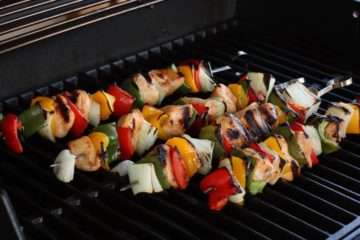 Kipspiesjes gemarineerd in chili-limoen marinade met ui, paprika gegrild op de barbecue.