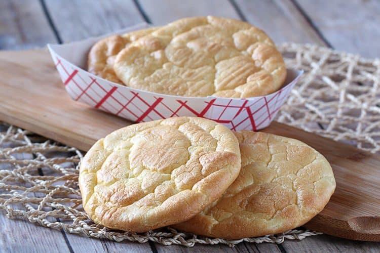 Heerlijke koolhydraatarme oopsie broodjes gemaakt van ei en roomkaas.
