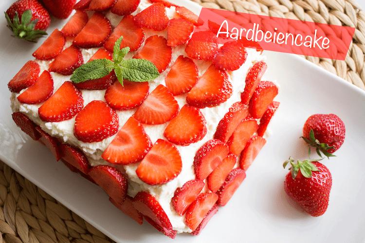 Koolhydraatarme aardbeiencake met slagroom en aardbeien.