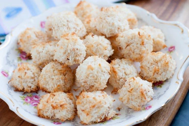 Bord met koolhydraatarme kokosmakronen gemaakt van eiwitten en geraspte kokos.