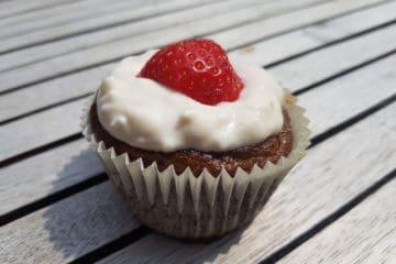 Heerlijke cupcakes gemaakt van ei, aardbeien en zoetstof.
