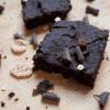 Heerlijke brownies gemaakt van zwarte bonen, dadels, chocolade en amandelmeel!