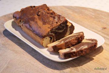 Een cake met gestreept vanille en cacao uiterlijk.