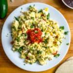 Portie roereieren met jalepeno, tomaat, kaas en paprika.