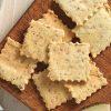 Portie koolhydraatarme amandel crackers.