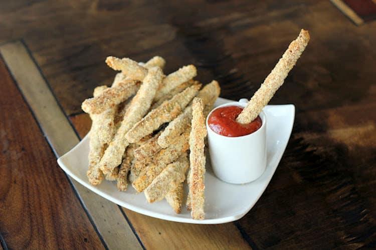 Heerlijke dunne frietjes gemaakt van aubergine.
