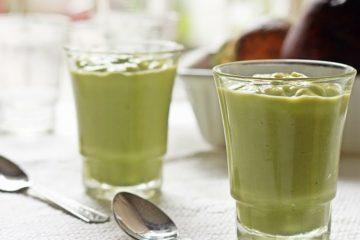 Een glas avocado en groene thee powershake.