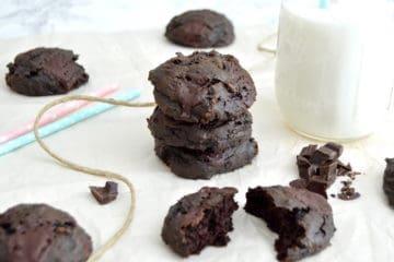 Avocado chocolade koekjes met een glas melk.