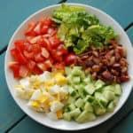 Heerlijke low-carb salade met bacon, ei, avocado en tomaat.