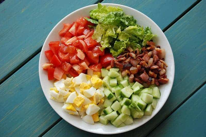 Bacon, ei, avocado en tomaat salade
