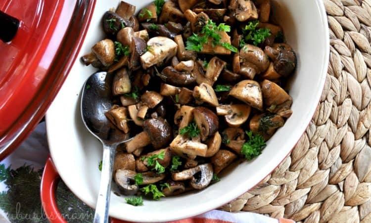 Ovenschaal met balsamico champignons en platte peterselie.