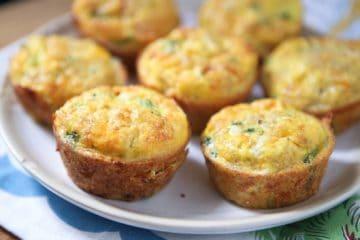Heerlijke portie ontbijtmuffins met broccoli en kaas.