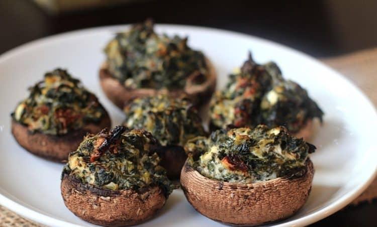 Bord met champignons gevuld met spinazievulling.
