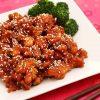 Chinese gemarineerde kipblokjes met sesamzaadjes en broccoli.
