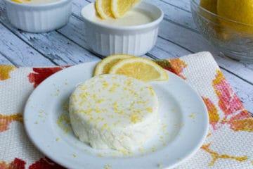 Heerlijke citroen panna cotta met partje citroen.