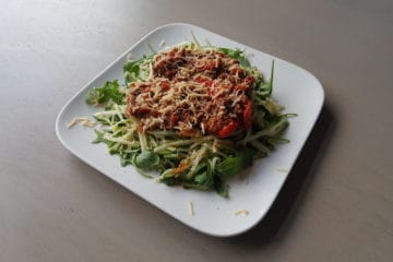Een bord courgette spaghetti met bolognesesaus!,