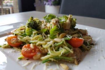 Heerlijke courgette spaghetti met kipblokjes, cherrytomaten en pesto!