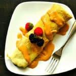Een heerlijke glutenvrije eiwit pannenkoek met aardbeien en blauwe bessen.