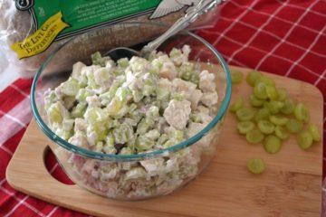 Heerlijke salade met gekookte kip, druiven en mayonaise.
