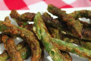 Portie koolhydraatarme gebakken asperges gaar gebakken in de pan.