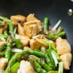 Een lekkere roerbak maaltijd: gebakken kipfilet, asperges en champignons.