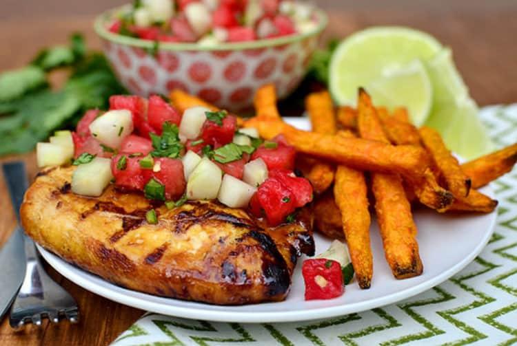 Gegrilde limoen kip met een salsa van watermeloen en limoen.