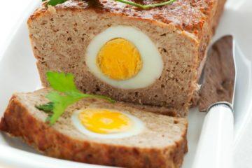Heerlijk gehaktbrood gevuld met gekookt ei.