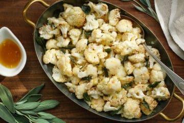 Heerlijk portie geroosterde bloemkool met Parmezaanse kaas en kruiden.