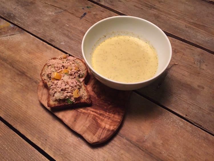 Heerlijke koolhydraatarme maaltijd bestaande uit broccolisoep met een broodje tonijnsalade.